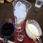 茶店 猫瓶 - カフェオレ600円、コーヒーとミルクは別々の容器に入ってにサービスされます。