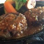 炭焼きレストランさわやか - 物凄い肉汁に涎が出てきた~そしてチョイスしたオニオンソースを煙を一気にハンバーグ様に流し込みます♪