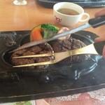 炭焼きレストランさわやか - 店員様がおもむろに鉄板にハンバーグ様を押し付けると後光のように肉汁ブシャ~