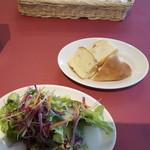 トラットリア パパミラノ - サラダとパン