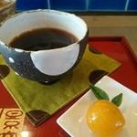 CAFEおもうこぼす - コーヒーと添えてあるトロトロの金柑の甘煮