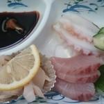 味処 四季菜 - おさしみ三種類、たこ、ハマチ、貝類