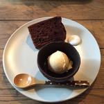 しまうまカフェ - ランチのプチデザート。この日は、ココアのシフォンケーキと、はちみつのアイス
