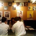 月島 鶴ちゃん - 「テーブル席」壁には「レコジャケ」があった。