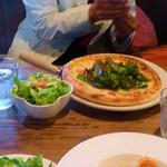 カフェ サルーテ - ピッツァランチのルッコラ&からし菜&わさび菜のピッツァ戸サラダ