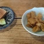 三次郎 - 蕎麦チップスにワサビをのせて