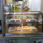 イーハトーブの里 - 駅弁はショーケースで売られています。