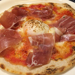 OBER - 生ハムと卵のピッツァ。生地もっちり、めちゃ美味い。
