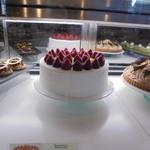 46982087 - ショーケースの中のホールケーキ