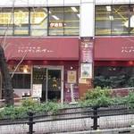 ハノイのホイさん - 坂道にお店はあります。