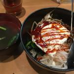 韓味家 - ビビンバ丼、スープ、サラダ、もやしナムルがついて600円