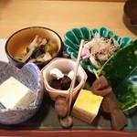 46993412 - (2016/1  訪問)旬の魚の茶漬け、前菜。佐渡のにがりを使用した手作り豆腐・むかご・卵焼き・手作り蒟蒻・春菊と白菜、茸の酢の物・小松菜のお浸し・黒豆のクリームチーズのせ。