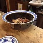 上野屋 - 下が保温されている タレ