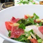 定番!イタリア産生ハムとアンチョビ・温泉卵のシーザーサラダ