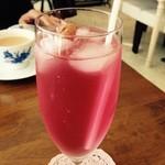 カフェ ティアラ - ローズのソーダ