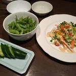 美食酒家 うまか - サラダときゅうりの浅漬け、枝豆