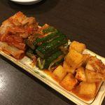 韓国田舎家庭料理 東光 - キムチ盛り合わせ