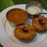 47005837 - メドゥ・ワダ(豆と米のドーナツ)とサンバール(豆スープ)