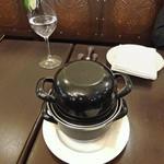ベルジアン ブラッスリーコート ブルージュ - テーブルに載ったムール貝