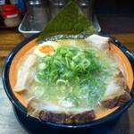 つけ麺マン - 豚骨らーめん+チャーシュートッピング