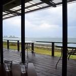 チャハヤブラン - ガラス越しに海が見えます