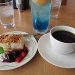 47014028 - チーズケーキとコーヒー