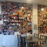 Saeng Chai Pochana - 来店した有名人の写真がぎっしり