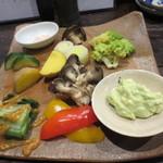 六軒町炭火やきとり もとはし - 温野菜の盛り合わせ。ヒマラヤの岩塩と自家製のアボガドのデイップが添えられて。見た目もきれいです。