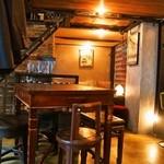 KAFFE BAR NELLIE - 店内(テーブル席)