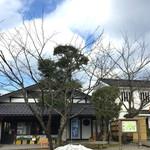 芭蕉庵 - 向かって右側は「円山菓寮 本店」