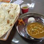 ANMOL - 料理写真:ランチCネパールセットのナンとチキンカレーとスープ