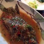 大鴻運天天酒楼 - 揚げ魚の醤油煮 1300円 ライス、スープ、肉まん、漬物?、デザートつき