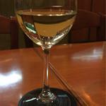 エッコエッコ - グラスワインはこんな感じ…少なく感じるのはグラスが大きいせい?