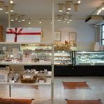 カフェ フロインドリーブ - 1Fは、焼き菓子などの販売コーナーになっています