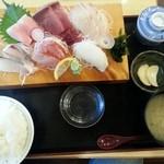 47031560 - 刺身定食¥1780(2016.2.1)、この日の味噌汁は蜆の味噌汁
