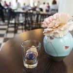 カフェ フロインドリーブ - 料理写真:2Fがカフェ、空いている席に着くと、お水とおしぼり、そして有名なクッキーが2個、オリジナルグラスで出てきます