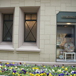 カフェ フロインドリーブ - 側面、パンジーの花壇を通して