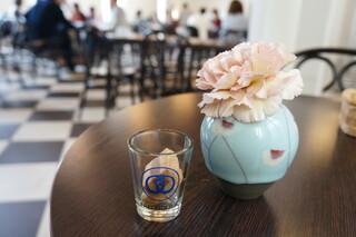 カフェ フロインドリーブ 本店 - 2Fがカフェ、空いている席に着くと、お水とおしぼり、そして有名なクッキーが2個、オリジナルグラスで出てきます