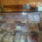 デュッセル - 店内には美味しそうなソーセージやハムがたくさん並んでいました。