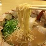 みなと軒 - 麺は中太ストレート、スープとのマッチングはいいですね!