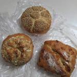 47040492 - ドイツパンなんでライ麦を使用したパンでハード系のパンを3つ選んで買って帰ってきました。