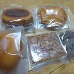 47043927 - 焼菓子とチョコレート