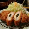 Tonkatsufujiyoshi - 料理写真:チーズロースカツ・・写真撮影のため、カツを立てたら、中のチーズがほとんど下にこぼれ落ちるというワナ(涙)