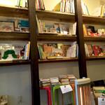 ブックカフェディズ - 店内の絵本の棚