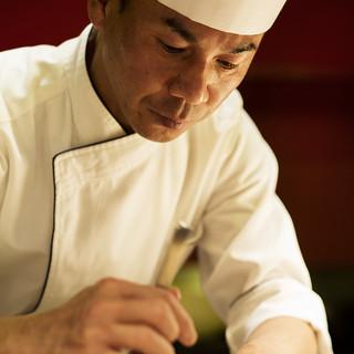 彩り豊かで上質なお料理の数々を生み出す料理長、西村美樹
