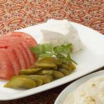 BolBol - チーズ、トマト、ピクルスの盛り合わせ ナンつき