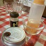 フランスカレー - 手前は「白トリュフ塩」、左が「辛いチリパウダー」、右が「自家製ガーリックオイル」