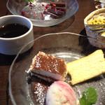 魔法のパスタ - 手前 デザート3種盛り 奥   生チョコケーキ