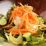 """手づかみシーフード Makky's The Boiling Shrimp - マッキーズの定番""""マッキーズサラダ"""""""