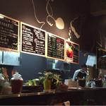 焼肉ロクマルBBQ - 洒落たカウンターと厨房